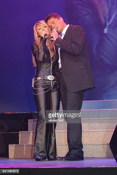 Sänger Schlager DAuftritt mit seiner Ehefrau Rosanna Rocci bei der grossen Schlagerstarparade im Velodrom Berlin