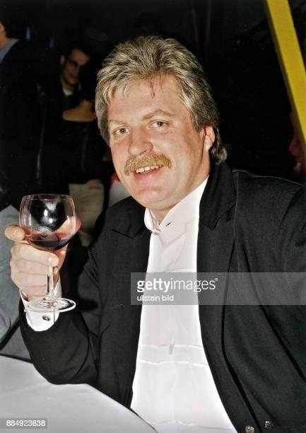 Sänger Stimmungssänger D Mitglied der Gruppe 'Klaus und Klaus' Porträt mit einem Glas Wein in der Hand