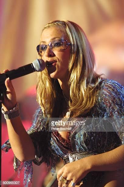 Sängerin 'Anastacia' Verleihung Musikpreis 'Comet 2002' 'Comet'Gala Musikmesse 'PopKomm' Köln Bühne Mikrophon Mikrofon Auftritt Preisträgerin Brille...