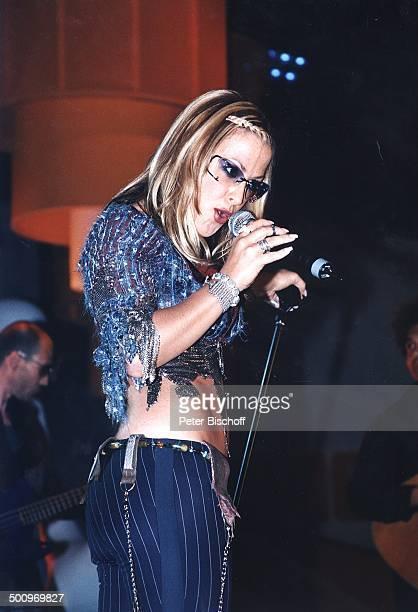 Sängerin 'Anastacia' Verleihung Musikpreis 'Comet 2002' 'Comet'GalaMusikmesse 'PopKomm' Köln Bühne Auftritt Mikrofon Mikrophon singen Preisträgerin...