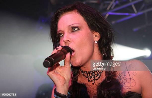 Sängerin Anette Olzon beim Konzert im Delphi Showpalast in Hamburg