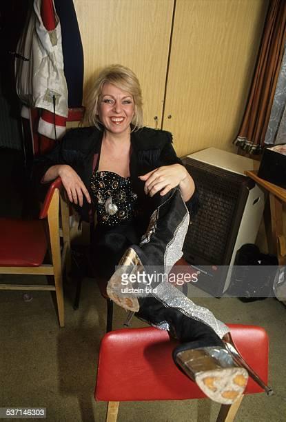 Sängerin D sitzt auf einem Hocker 1995