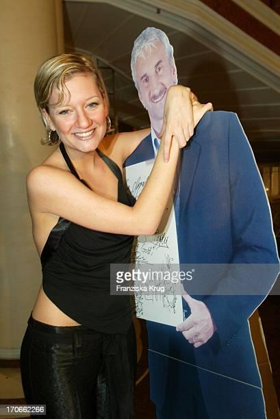 Sängerin Juliette Schoppmann Mit R Völler Pappaufsteller Bei Der Gala Vip Lounge In München Am 080903