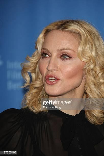 Sängerin Madonna Beim Filth And Wisdom Photocall Bei Der Berlinale In Berlin