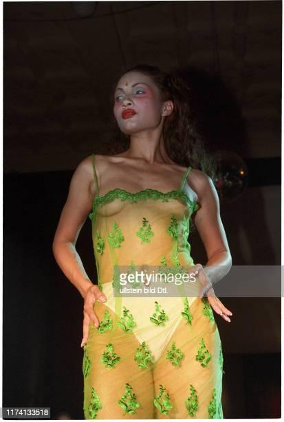 Sängerin Mareme mit Kleid von Anja Sun Suko 1997