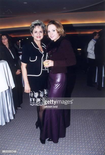 Sängerin Moderatorin D mit Tochter Maxie März 2001