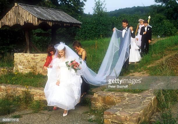 Sängerin Nicole Ehemann Winfried Seibert Elke Hohloch und Cornelia Seibert hinter Nicole halb verdeckt Hochzeitskinder Blumenkinder Schleierkinder A...