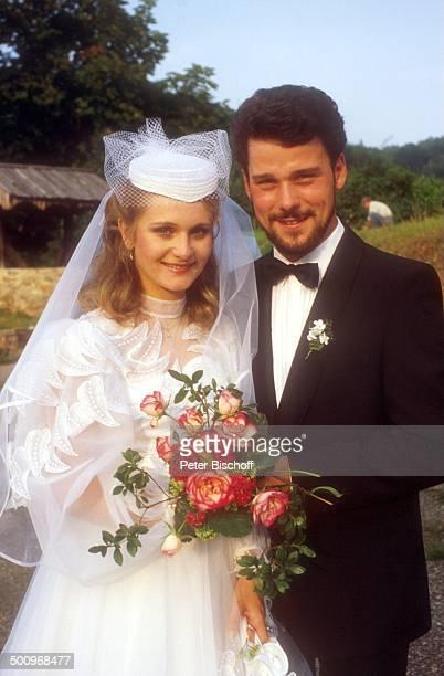 Sängerin Nicole Ehemann Winfried Seibert Hochzeit Neunkirchen Saarland Braut Braeutigam Trauung Mann Hochzeitskleid Blumen Blumenstrauss CK Foto...