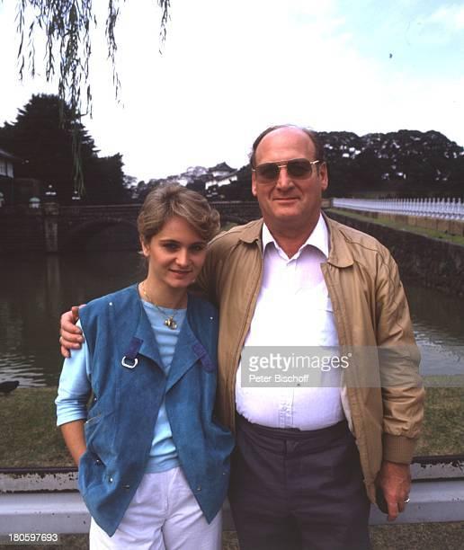 Sängerin Nicole mit Vater Siegfried HohlochTokio/Japan/Asien Sonnenbrille Schlagersängerin Brille