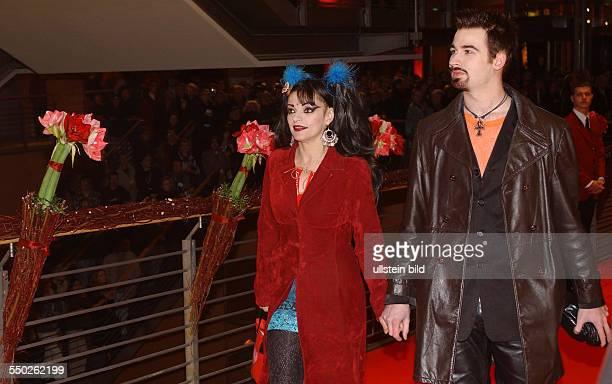 Sängerin Nina Hagen mit Freund Rocco Breinholm anlässlich der Präsentation des Eröffnungsfilms -Chicago- auf den 53. Internationalen Filmfestspielen...