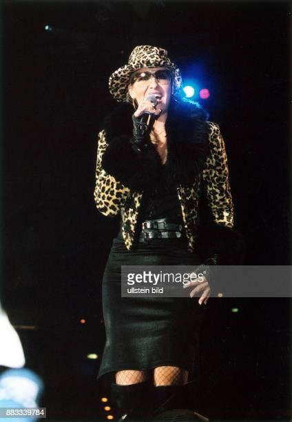 Sängerin Pop D mit Hut und Sonnenbrille bei einem Auftritt bei der CharityBenefizgala 2001 im Velodrom in Berlin
