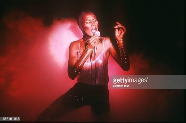 Sängerin Schauspielerin USA bei einem Auftritt ohne Jahr