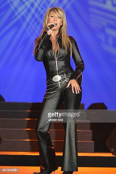 Sängerin Schlager ItalienAuftritt bei der grossen Schlagerstarparade im Velodrom BerlinGanzkörperaufnahme