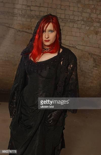 Sängerin Sonja Kraushofer am Rande der Dreharbeiten zum OomphMusikvideo in Berlin