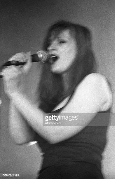 Sängerin Sonja Kraushofer während eines Konzertes auf dem ZilloFestival in Hildesheim