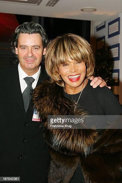 """Sängerin Tina Turner Mit Freund Erwin Bach Bei Der Verleihung Des """"Deutschen Medienpreis 2005"""" Im Kongresshaus Baden Baden Am 130205 ."""