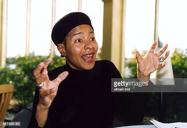 Sängerin USAgestikuliert beim Reden 24 Oktober 2001