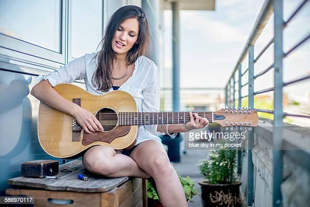 snging music on the roof. - country and western music stock pictures, royalty-free photos & images
