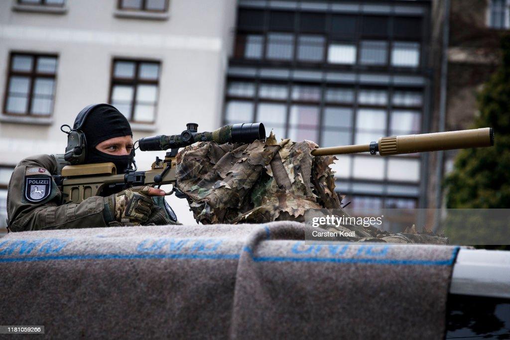 Germany Celebrates 30th Anniversary Of Berlin Wall : ニュース写真