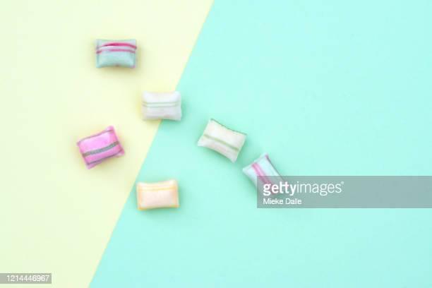 snoep op gekleurde achtergrond - gekleurde achtergrond stock pictures, royalty-free photos & images