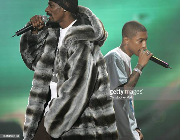 Snoop Dogg and Pharrell Williams perform Drop It Like It's Hot