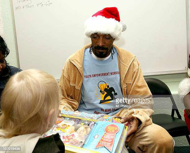 Snoop Dogg Christmas.Snoop Dogg Brings Christmas Joy To The Kids At Families For