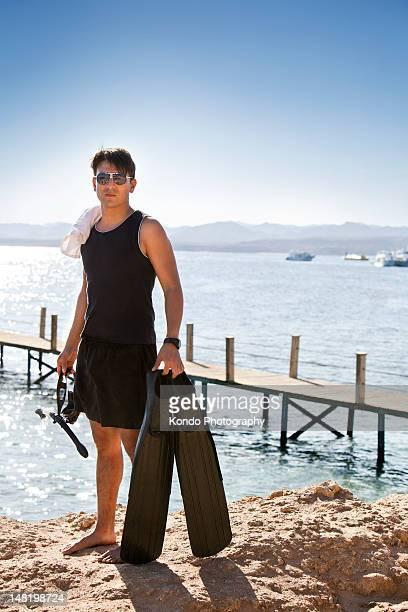 pinne trasporto per lo snorkeling sulla spiaggia di sabbia - sharm el sheikh foto e immagini stock