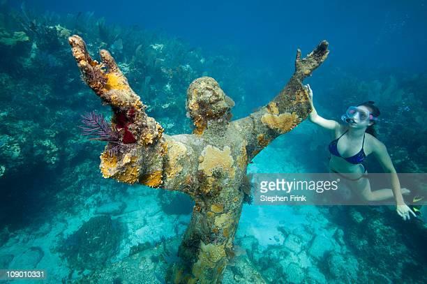snorkeler with bronze statue of christ. - florida keys photos et images de collection
