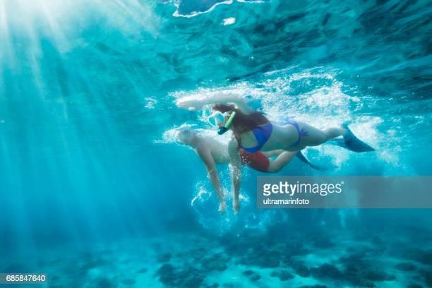 aventure de plongée en apnée. meilleurs ami. jeune homme et femme, plongée dans la mer. sous l'eau d'un lagon turquoise. heureux couple d'adolescents natation, joie dans la mer cristalline. plage de la méditerranée. romance d'été mer. - lagon photos et images de collection
