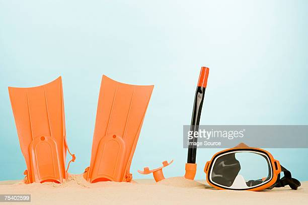 snorkelling equipment in sand - scuba mask stock pictures, royalty-free photos & images
