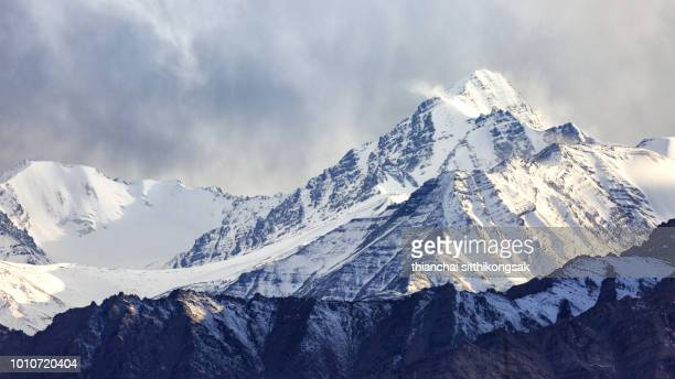 snow and cloudy on himalaya mountain range - coberto de neve - fotografias e filmes do acervo