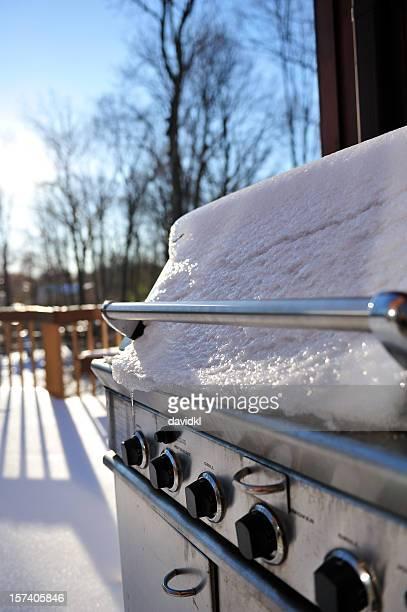 Schnee und Eis für BBQ-grill im winter