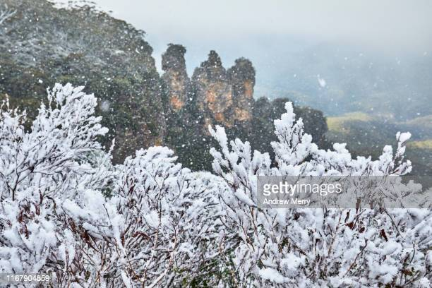 snow, blizzard or snowstorm at the three sisters rock formation, blue mountains, australia - blue mountains national park stock pictures, royalty-free photos & images
