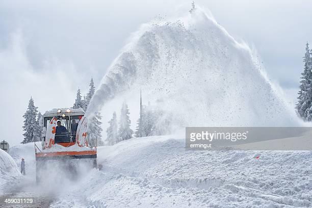 schneefräse in aktion - schneefahrzeug stock-fotos und bilder