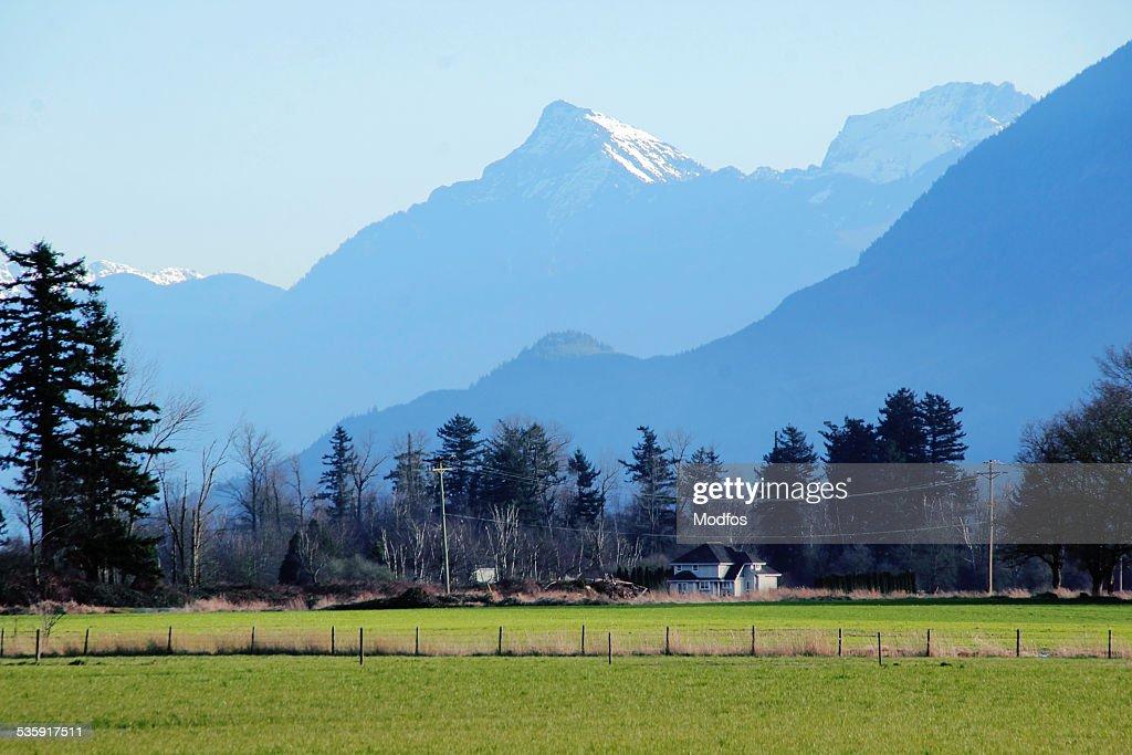 Neve tampa de montanha no vale : Foto de stock