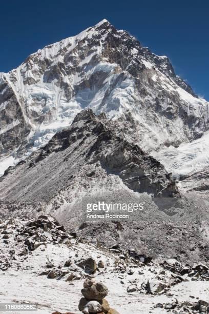 snow capped peaks of the everest himalayas near gorak shep, everest base camp trek, nepal - solu khumbu stock pictures, royalty-free photos & images