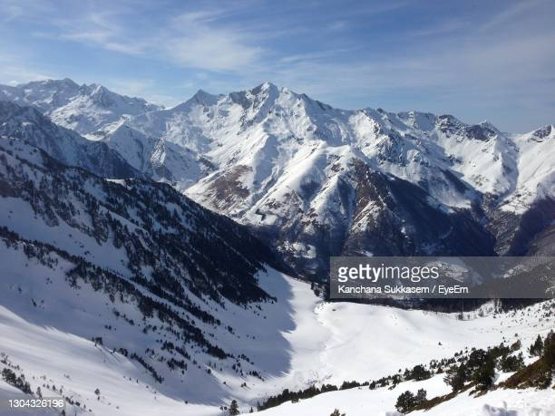 snow cover on pyrenees mountain between spain and france - wintersport photos et images de collection