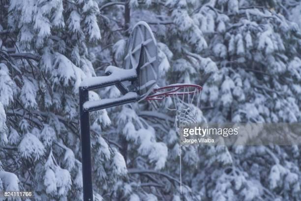 Aro de baloncesto cubierto de nieve