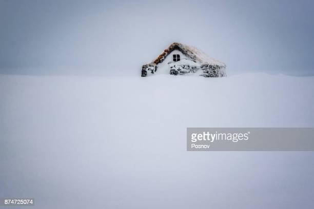 snow covered cabin - schneebedeckt stock-fotos und bilder