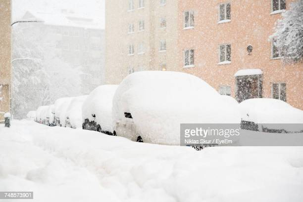 snow covered cars on street - deep snow stock pictures, royalty-free photos & images