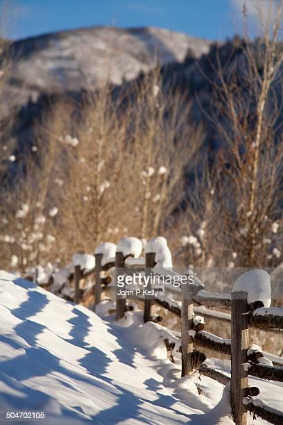 snow covered fence - コロラド州 ニューキャッスル ストックフォトと画像