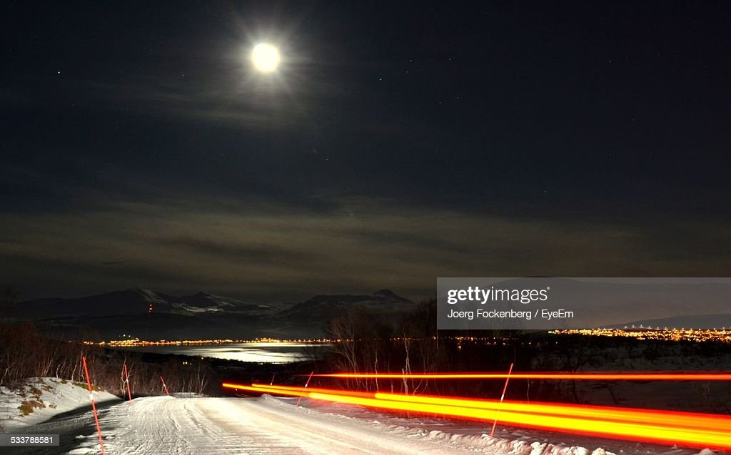 Snow Covered Highway At Night : Foto stock