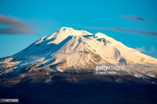 snow covered mountain - mt shasta stock pictures, royalty-free photos & images