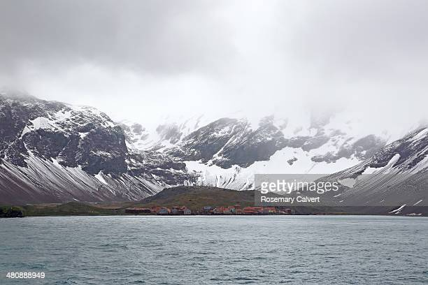snow covered mountains and leith harbour station. - antarctic sound stockfoto's en -beelden
