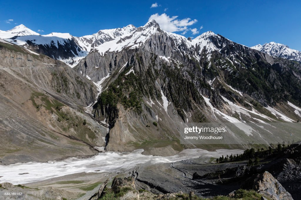 Snow covered mountains over rocky canyon road : Foto stock