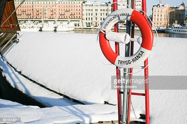 snow covered ship at gamla stan - merten snijders 個照片及圖片檔