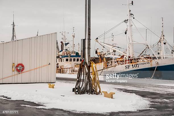 snow covered silent harbour - merten snijders stockfoto's en -beelden