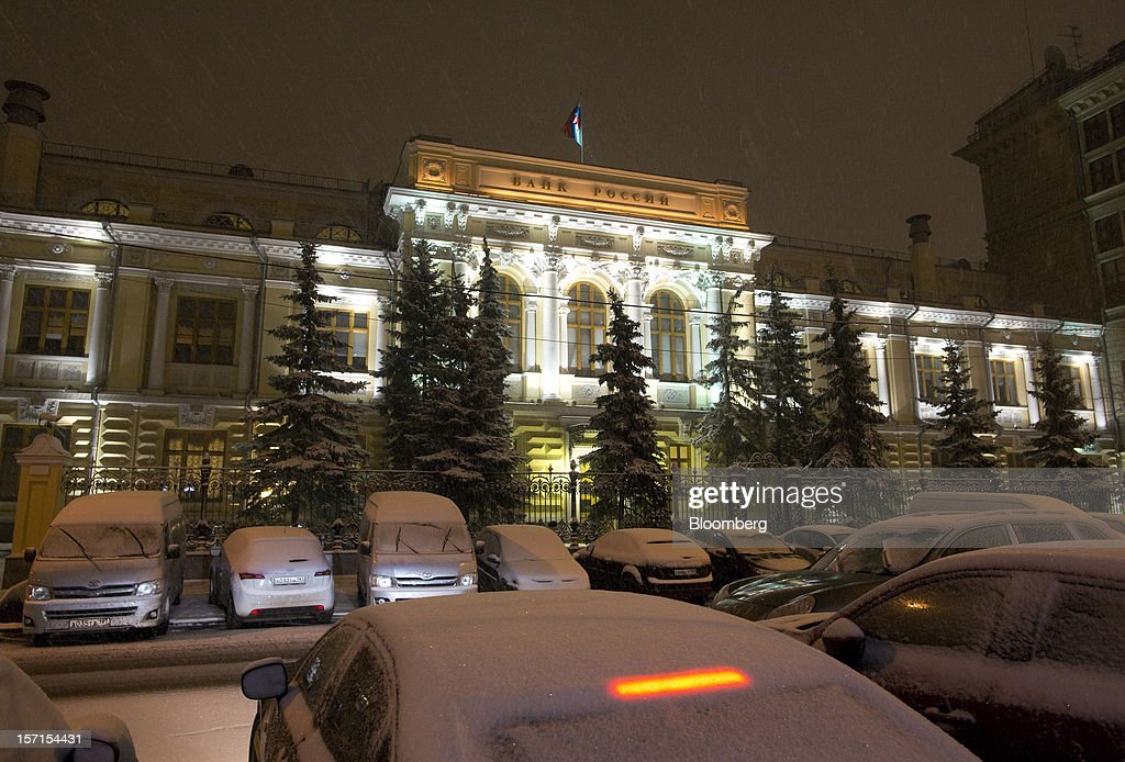 Snow covers parked vehicles outside Russia's central bank, Bank Rossii, in Moscow, Russia, on Wednesday, Nov. 28, 2012. Bank Rossii proposes government create rule limiting increases of budget funds held at central bank, RIA Novosti reports, citing First Deputy Chairman Alexey Ulyukayev. Photographer: Andrey Rudakov/Bloomberg via Getty Images