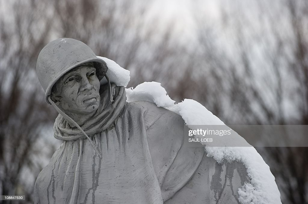 Snow covers the Korean War Memorial on t : News Photo