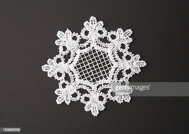 Snow crystal-shaped lace